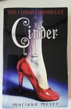 Книга The Lunar Chronicles: Cinder